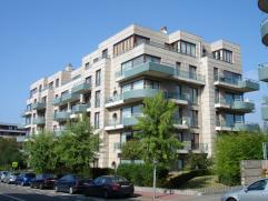 Luxueus afgewerkt en bemeubeld appartement op enkele km van Woluwe Shopping en NATO, 10 minuten van Brussel Centrum en 5 minuten van E40. Vermelde pri