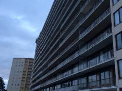 Dit ruim en gezellig appartement is centraal gelegen nabij scholen, winkels, openbaar vervoer en oprit E17 en E40. Dit appartement van 108 m² bev