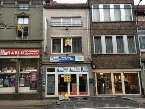 In een zijstraat van het Ledebergplein bevindt zich een mooi ruim handelspand, met woonst. Het handelspand beschikt over een vitrine. De woonst beschi