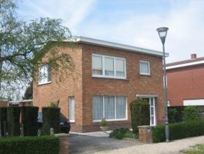 Mooie alleenstaande woning op 850 m²<br /> Gelijkvloers: inkom, ingerichte keuken, ruime living, wasplaats, koele berging, veranda, toilet.<br />