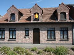 Zeer goed onderhouden woning gelegen nabij het centrum van Assenede. Deze woning heeft u volgende indeling te bieden op het gelijkvloers: inkomhal, wo