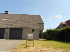 Deze energiezuinige nieuwbouwwoning is ideaal gelegen nabij het centrum van Maldegem.  De indeling is als volgt: een inkom, een toilet, een leefruim