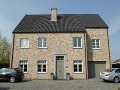 Schitterend landhuis, rustig gelegen in een doodlopende straat doch dichtbij E17 en A12.  De woning werd recent gebouwd en is afgewerkt - zowel binn