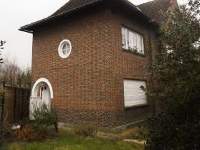 De woning is gebouwd rechts op het terrein en grenst aan woning met huisnummer 11.  Op het gelijkvloers bevinden zich een inkomhal, een afzonderlijk t
