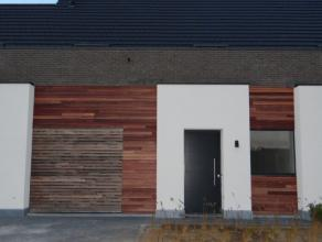 Trendy en moderne nieuwbouwwoning gelegen dicht tegen het centrum van Adegem.<br /> <br /> De indeling: <br /> Gelijkvloers: inkomhal, apart toilet, w