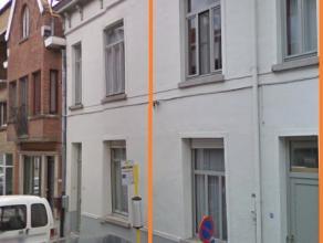 Gezellig en mooi afgewerkte woning gelegen vlakbij het centrum van Eeklo!   Deze woning omvat op het gelijkvloers: een inkomhal, een woonkamer, een ee