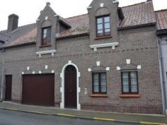 Rijwoning met tuin & garage - Inkomhal - Ruime woonkamer met eetplaats & inbouwcassette - Ruime, open keuken - Tussengang - Berging (beneden)