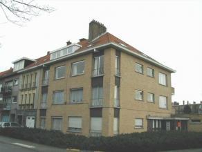 Appartement gelegen op de eerste verdieping met terras. Indeling: inkom, leefruimte, ingerichte keuken, badkamer met douche, twee slaapkamers, terras
