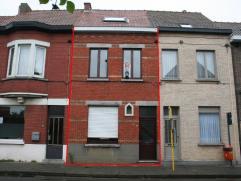 Deze rijwoning is gelegen op 15min. van centrum Gent met een halte van tramlijn 1 in de straat. De woning omvat een inkomhal; leefruimte; keuken; keld