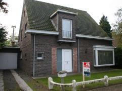 De open bebouwing is gelegen in een rustige straat van Mariakerke in de nabijheid van een kleuter- en lagere school. Vlotte verbinding naar Gent via b