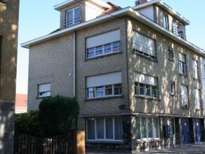 Gerenoveerd gelijkvloersappartement. Indeling: inkom is gelegen aan de zijkant van het gebouw, afzonderlijk toilet, leefruimte met open geïnstall