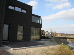 Deze prachtig gelegen woning met uitzicht op prachtig groen bevindt zich op enkele minuten van het centrum van Wachtebeke. Er is een uitstekende verbi