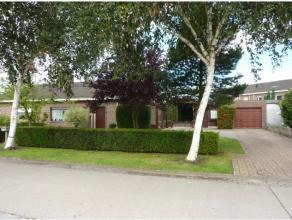 Deze charmante bungalow ligt vlakbij de Lindenlaan te Ertvelde op een perceel met een oppervlakte van 580m2. Een verzorgde oprit biedt toegang tot de