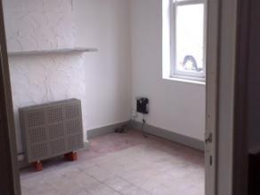 De woning omvat een inkom - voorplaats - eetplaats - ingerichte keuken - kelder - badkamer met ligbad, douche en dubbele wastafel - drie slaapkamers m