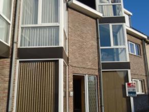 Dit gerenoveerde gelijkvloersappartement is vlot te bereiken via openbaar vervoer, R4 en E34. In de onmiddellijke omgeving bevinden zich winkels en sc