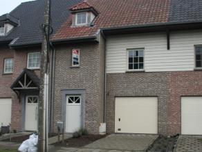Deze woning is voorzien van alle modern comfort en heeft een ruime leefruimte met open keuken en zicht op de tuin. op de verdieping bevinden zich 2 vo