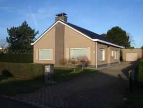 Verzorgde, instapklare bungalow gelegen in een aangename woonwijk op een perceel van 787m².  Het dak is vernieuwd in 2014, alsook de ramen.  De w