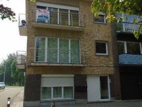 Gerenoveerd duplex appartement met 3 slaapkamers, inkomhal, leefruimte, keuken, berging, badkamer met wastafel, douche en toilet.Achter het gebouw is