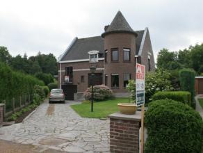 De perfect onderhouden villa heeft een karaktervolle uitstraling en is gelegen in een rustige omgeving met weinig doorgaand verkeer. Het betreft een v