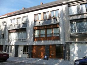 Verzorgde bel-étage met op het gelijkvloers inkomhal, grote wasplaats en garage, terras en grote tuin. Op de 1e verdieping : ingerichte keuken