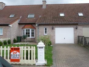 Woning met op het gelijkvloers de woonkamer, kwaliteitsvolle ingerichte keuken, inkomhal, toilet, garage. Op de bovenverdieping bevinden zich de drie