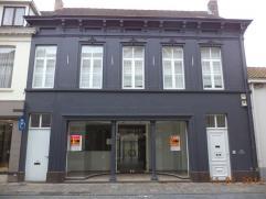 INSTAPKLAAR HANDELSPAND in KLASSE HERENWONING, dienstig, handel, burelen, vrij beroep. Indeling : winkel : ong. 160 m2, afzonderlijke keuken, zithoek,