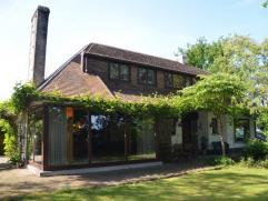 Deze villa is gebouwd in 1974 op een hoekperceel, palend aan de Spiedamstraat (doodlopende straat) en de Koekoekstraat (verkaveling). De volgroeide tu