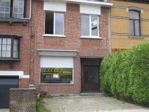 Deze woning omvat op het gelijkvloers een winkelruimte  met kleine keuken, wc en achteraan een atelier of magazijn met rechtstreekse lichtinval. Onder