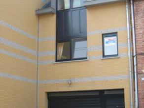 Recent duplex appartement in gerenoveerde woning. Slechts één appartement in het gebouw. Inkom met trap naar het appartement. 1ste Verd.