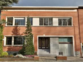 Zeer ruime hoekwoning op leuke locatie te Berchem. Deze in 1960 gebouwde woning beschikt over een vloeroppervlakte van maar liefst 270m2 (zonder kelde
