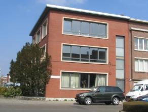 Dit pas gerenoveerde hoekappartement met drie slaapkamers ligt op de tweede verdieping. Het appartement werd volledig gerenoveerd waaronder nieuwe ram