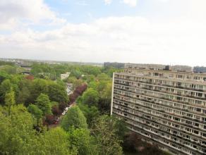 Dit zeer goed onderhouden appartement bevindt zich op de dertiende verdieping en heeft een fantastisch uitzicht.   Je komt binnen via de inkomhal vo