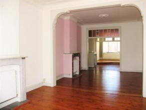 Dit zeer licht en aangenaam appartement met houten vloeren is gelegen op de tweede verdieping van een klein appartementsgebouw in een rustige straat.