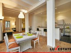 Dit gezellig appartement is gesitueerd in het hartje van de stad. Gastronomische hoogstandjes, culturele hotspots en gezellige winkelstraten. De bruis