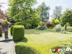 Deze mooie instapklare woning is zeer centraal gelegen te Hoevenen op een perceel van 1650m². Op het gelijkvloers vinden we een zeer ruime living