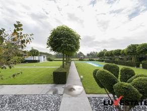 Deze imposante moderne villa (2001), is prachtig gelegen in de gegeerde Salm Salmstraat. Deze locatie biedt u enerzijds absolute rust en stilte, en an