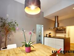 """Deze prachtig gerenoveerde woning is rustig gelegen in de bekende """"De Lescluzestraat"""" te Berchem. De  instapklare woning is ideaal gelegen met winkels"""