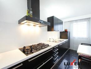 Prachtig instapklaar duplexappartement (gelijkvloers en 1e verdieping) mét tuin en garage. Op het gelijkvloers bevinden zich 2 slaapkamers waar