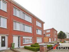 Dit instapklaar appartement op de eerste verdieping is gelegen op een rustige locatie te Deurne.  De inkomhal heeft een apart toilet en toegang tot de