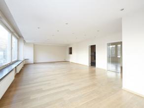 Instapklaar appartement met 3 slaapkamers en terras achteraan. Via de inkomhal bereikt u de mooie leefruimte met veel lichtinval.  Vervolgens is er de