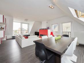 Dit prachtig, instapklare Penthouse heeft twee slaapkamers, een zeer mooi terras, een kelderberging en garagebox. <br /> Dit appartement op de tweede
