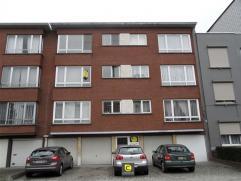 Zeer centraal gelegen 2-slpk appartement met terras, bestaande uit een inkomhal met vestiairekast en apart toilet, een living in L-vorm, een keuken, e