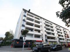 Dit appartement is gelegen op de vierde verdieping en zeer centraal gelegen. Het is volledig vernieuwd en omvat een inkomhal met vestiairekast, een zo
