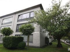 Gerenoveerd 2 slpk appartement gelegen op de 2de verdieping in een rustige straat vlakbij de Fruithoflaan. Inkomhal met vestiairekast, ruime living, n
