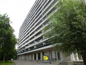Ruim 3 slaapkamer- appartement van 140m² met prachtig groen uitzicht! U betreedt het appartement via de ruime inkomhal, voorzien van vestiaire, d