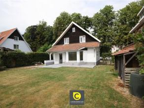 Zeer smaakvol gerenoveerde woning met grote tuin en 2 slaapkamers. Op het gelijkvloers bestaat de woning uit een inkomhal met gastentoilet en lavabo,