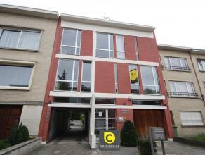 Zeer goed gelegen en ruim 3-slpk appartement met tuin en garage (apart te huur aan 60 euro/maand of autostaanplaats (apart te huur aan 35 euro/maand).