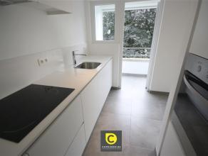 Prachtig volledig en kwaliteitsvol gerenoveerd 2-slpk appartement met bureel en klein zuidgericht terras. De inkomhal is voorzien van een veiligheidsd
