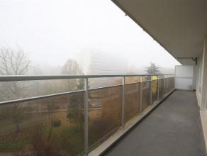 Ref.nr.: 5000 2-slaapkamer appartement met groot terras, centraal en rustig gelegen aan het Pulhof te Berchem. Het appartement omvat een inkomhal met