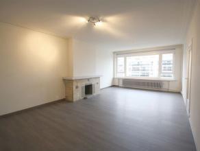 Ref.nr.: 5054 Mooi 2 slaapkamer appartement met bureel/dressing, klein zuid georiënteerd terrasje en kelder. In de inkomhal is er een vestiaire k